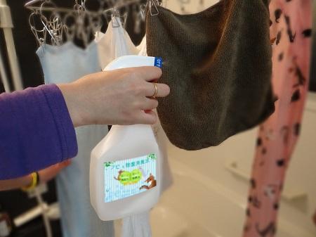 梅雨時期の部屋干しにアビィ除菌消臭水で臭い対策
